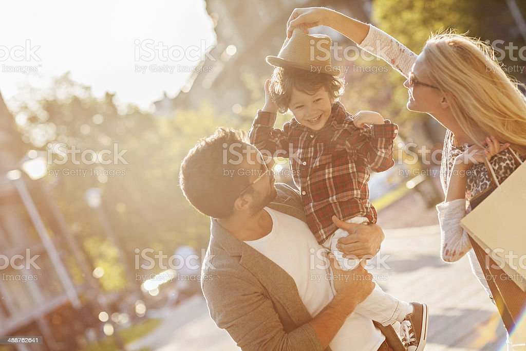Young family in shopping - Royalty-free 20-29 Years Stock Photo
