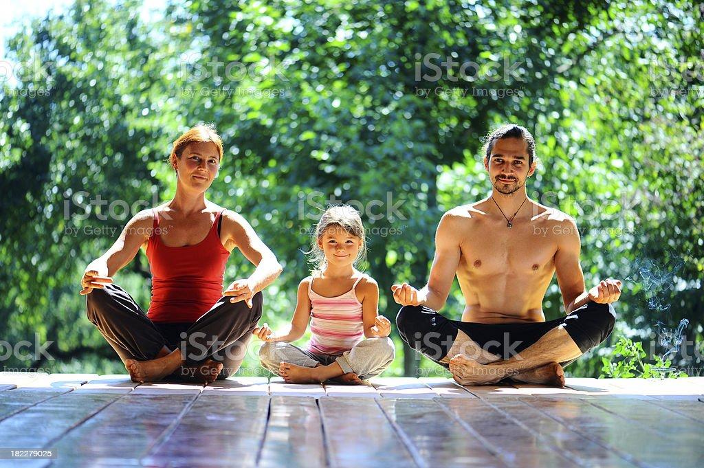 Junge Familie meditates – Foto