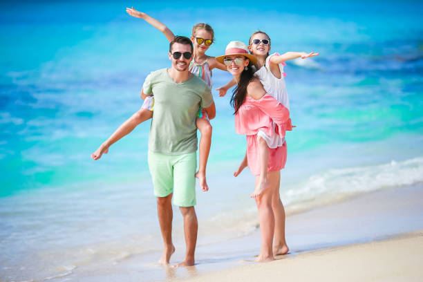 젊은 가족 휴가에 함께 재미를 많이 - 가족 여행 및 휴가 뉴스 사진 이미지