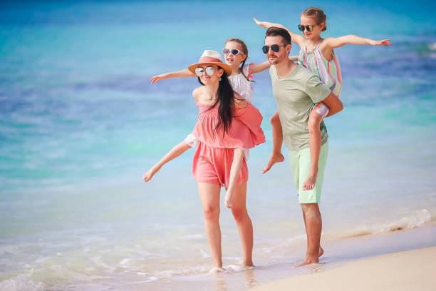 Junge Familie im Urlaub am Strand – Foto