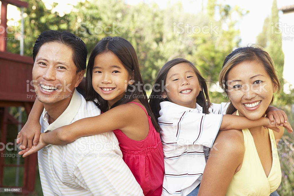 Junge Familie Spielen im Garten Lizenzfreies stock-foto
