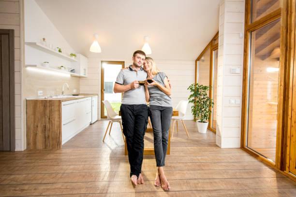 junge familie porträt zu hause - landhausstil küche stock-fotos und bilder