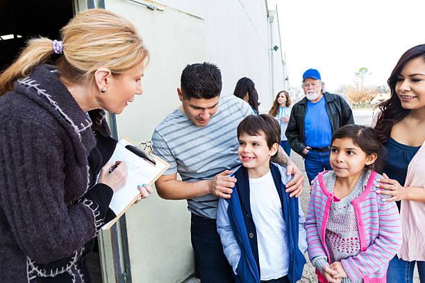 jovem família s'inscrever para voluntários de caridade na comunidade - charity and relief work - fotografias e filmes do acervo