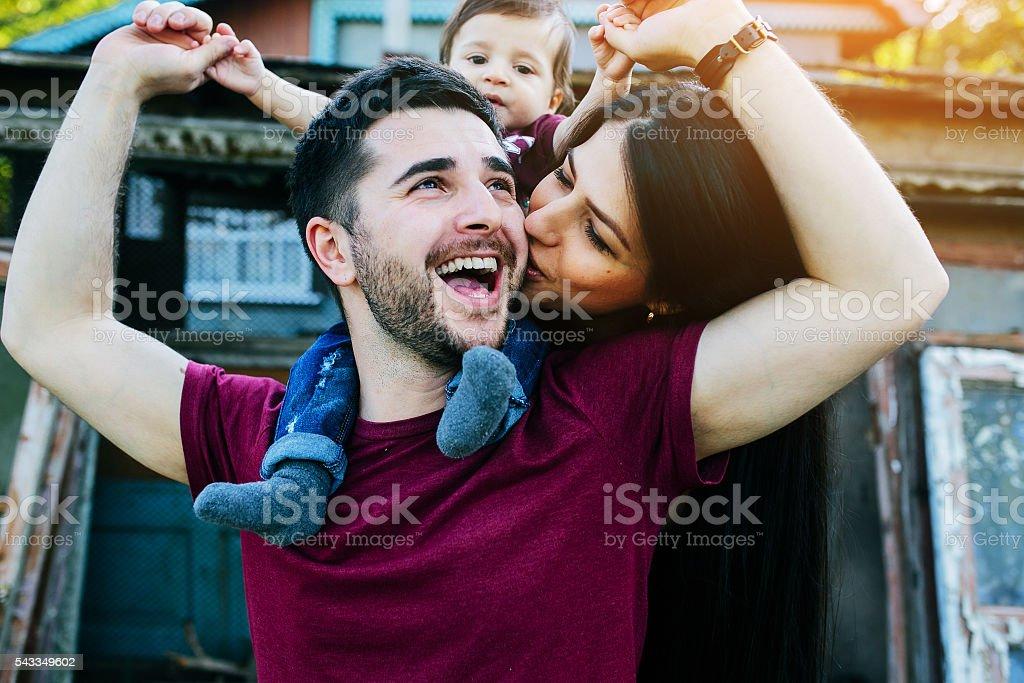 Junge Familie mit einem Kind auf der Natur – Foto