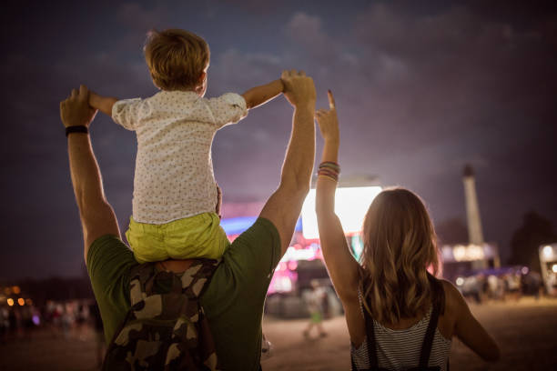 Junge Familie mit Sohn auf street Fair. – Foto