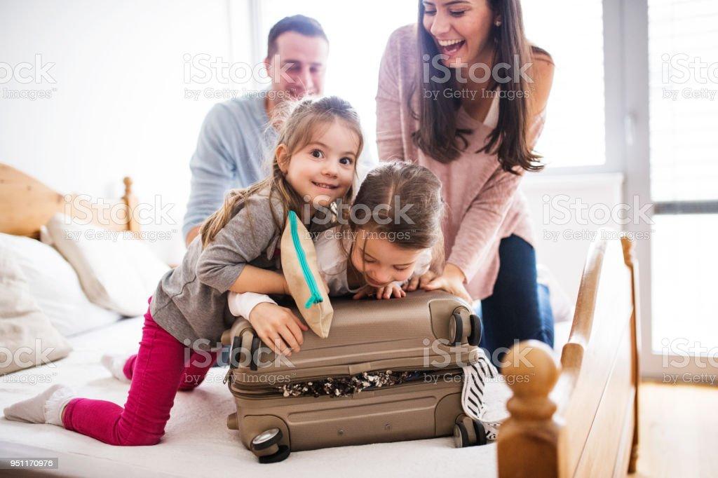 휴가 대 한 포장 두 아이와 젊은 가족. - 로열티 프리 가방 스톡 사진