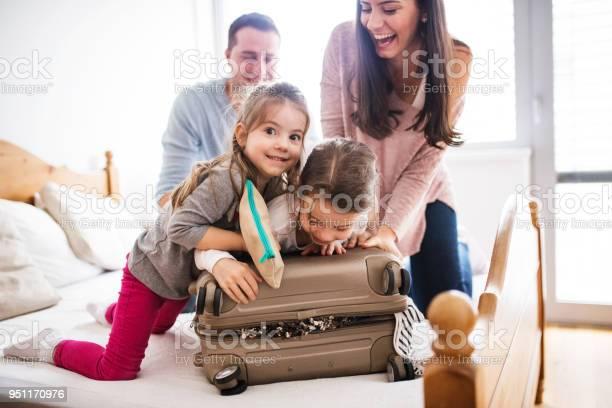 휴가 대 한 포장 두 아이와 젊은 가족 가방에 대한 스톡 사진 및 기타 이미지