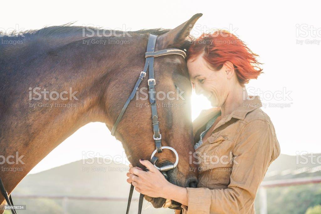 Junglandwirt Frau umarmt ihr Pferd - Konzept über die Liebe zwischen Mensch und Tier - Schwerpunkt Mädchen Auge – Foto