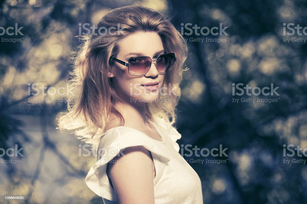 Haut Libre Femme Et De Blanc Portant Photo Droit Blonde Des Jeune rCdxtsQh