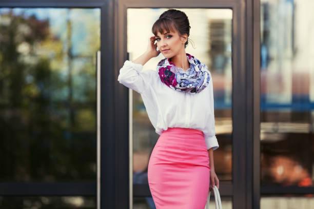 junge mode-business-frau in weißem hemd und bleistift rock wandern in stadtstraße - damen rock pink stock-fotos und bilder