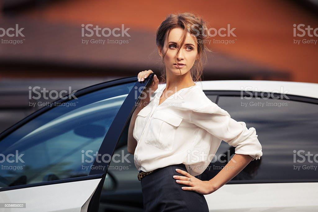 Jovem Moda mulher de negócios de pé ao lado do seu automóvel - foto de acervo