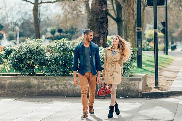 Junge Mode Paar beim Gehen die Straße entlang – Foto