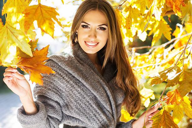 junge mode mädchen im herbst park - damen top gold stock-fotos und bilder