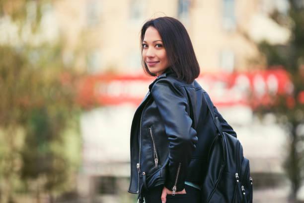 ung mode kvinna i svart skinnjacka promenader i staden gatan - profile photo bildbanksfoton och bilder