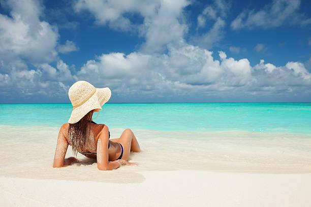 Junge Mode-Frau am Strand entspannen – Foto
