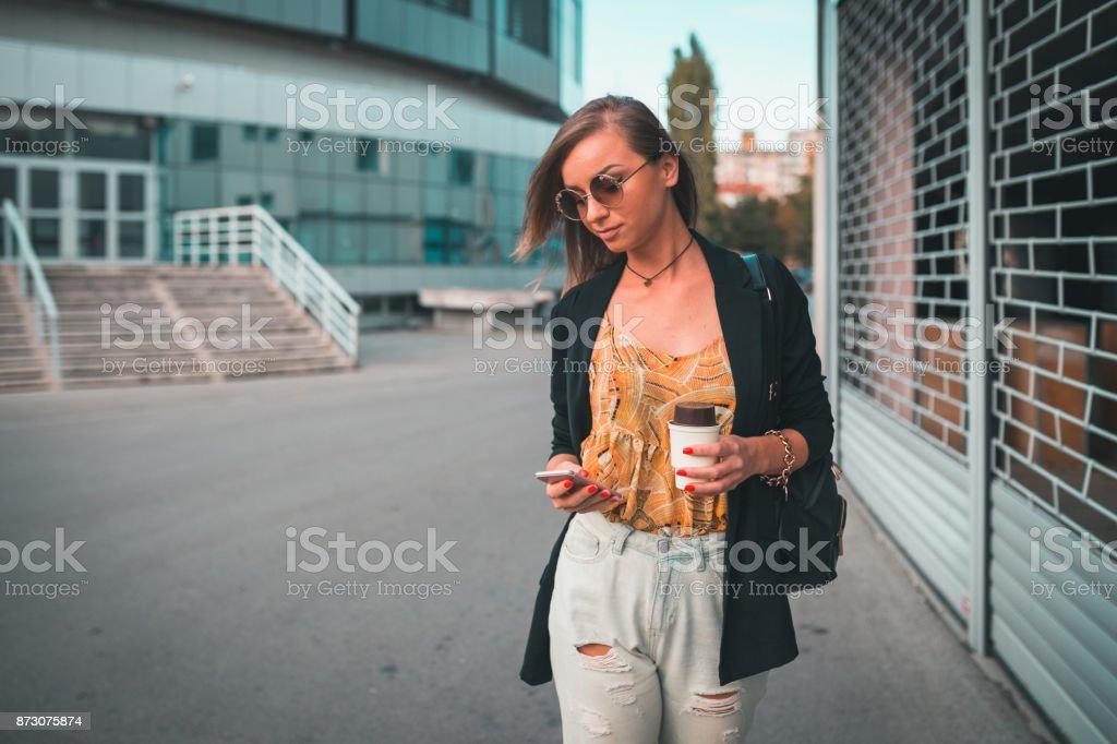 Mulher elegante jovem caminhando nas ruas da cidade - foto de acervo