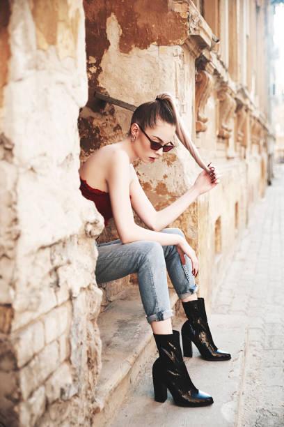 Fashionaole joven mujer al aire libre - foto de stock