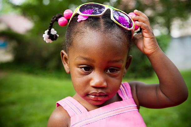 jungen modetrend - sonnenbrille kleinkind stock-fotos und bilder