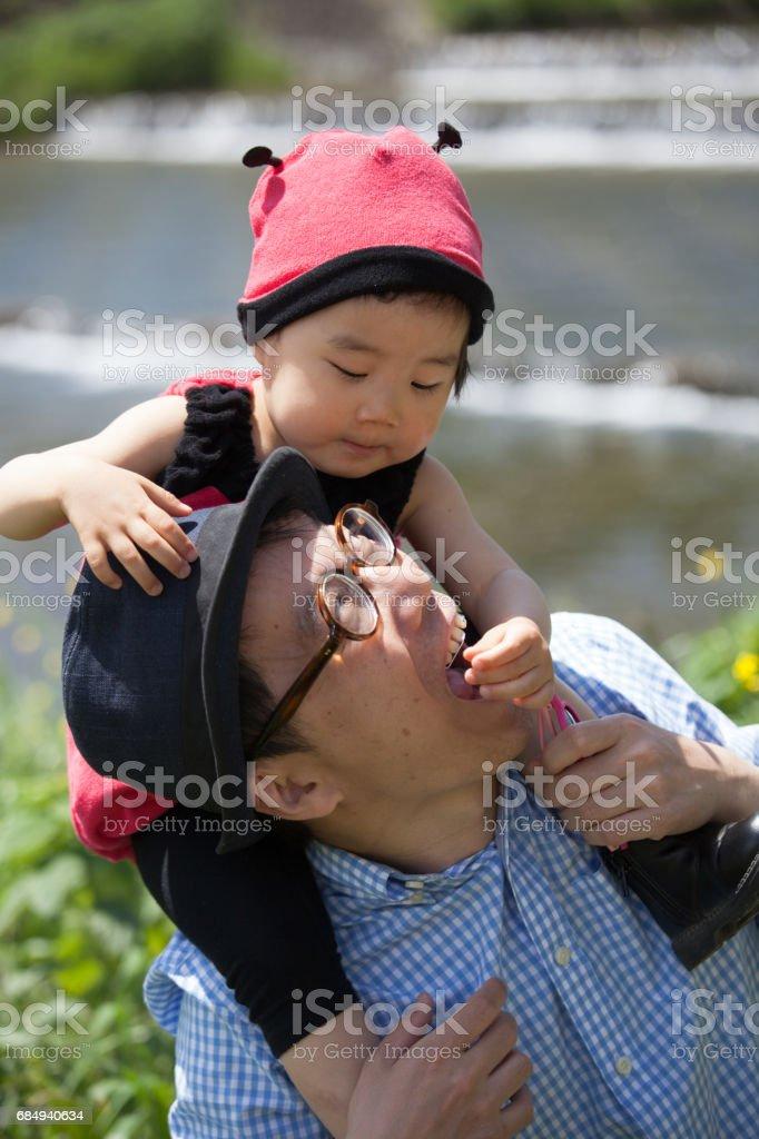 Junger Vater und seine Tochter adorable in Marienkäfer-outfit Lizenzfreies stock-foto