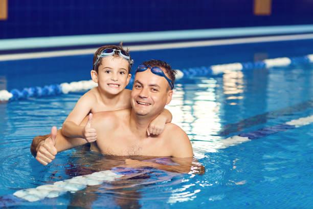 Junger Vater und seinem kleinen Sohn in ein Hallenbad – Foto