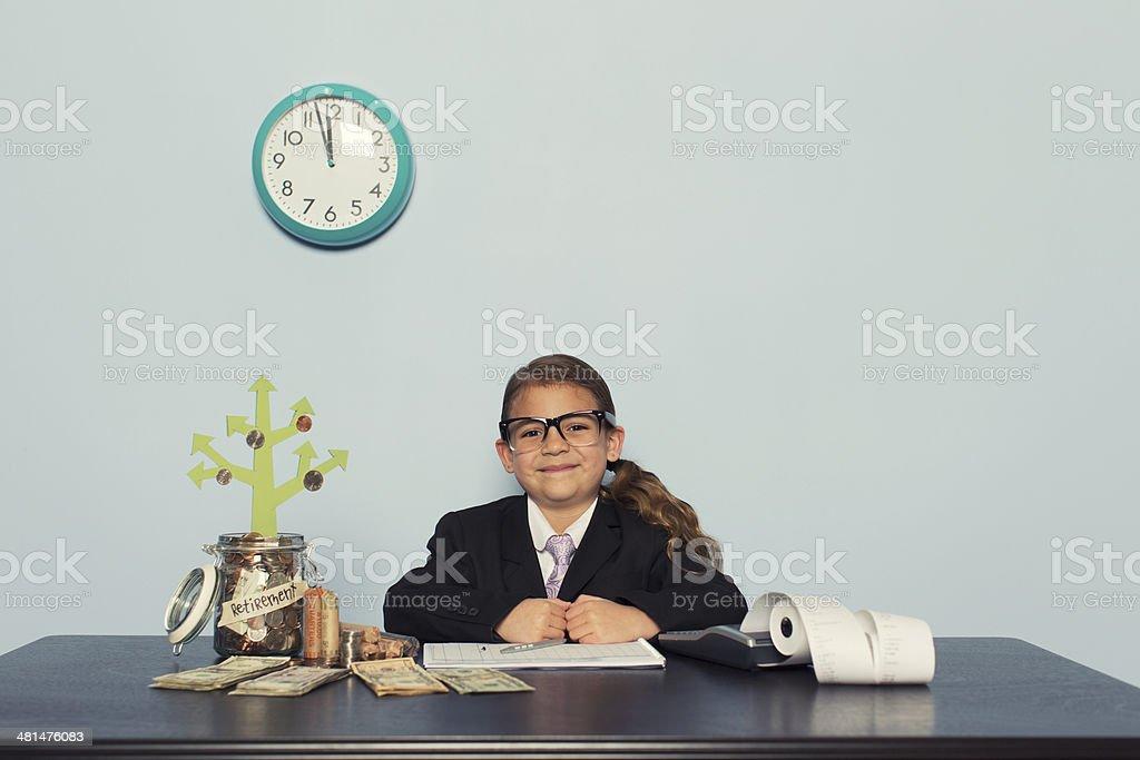 Junge weibliche Accountant in Büro Geld zu investieren Lizenzfreies stock-foto