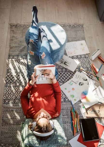 Junge Künstlerin zieht zu Hause – Foto