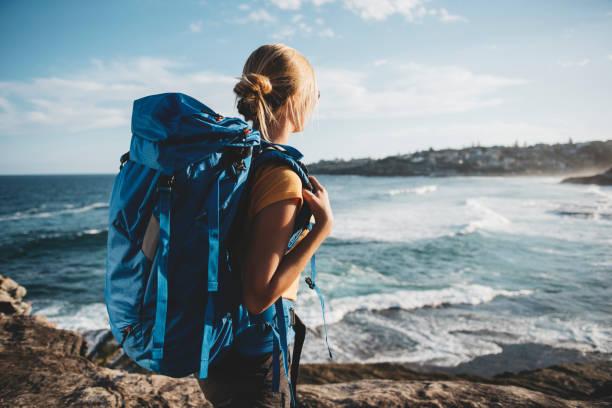 junge weibliche backpacker - damenrucksack stock-fotos und bilder