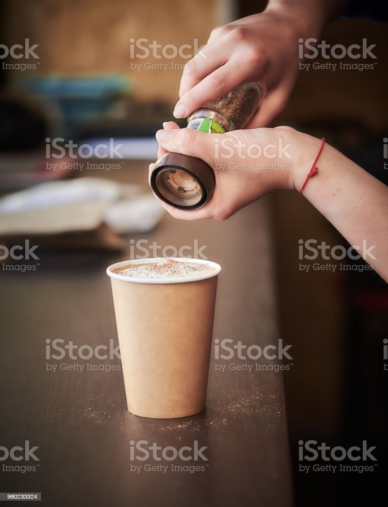 Junge weibliche Barista, die Zubereitung von Kaffee in urban Cafe – Foto