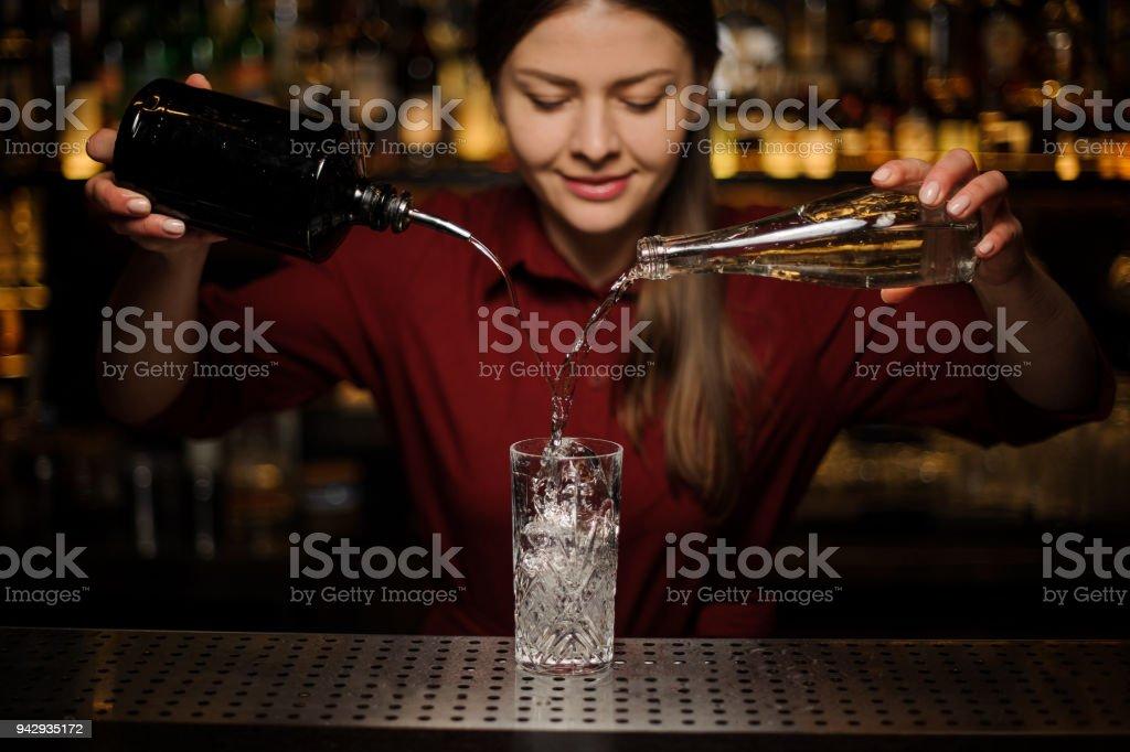Junge weibliche Barkeeper Poting Gin und süßen Sirup in ein Glas – Foto