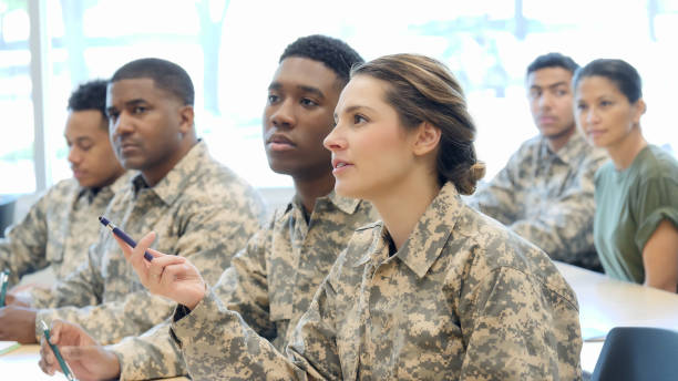 junge weibliche kadetten fragt in der militärischen ausbildung klasse - militärisches training stock-fotos und bilder