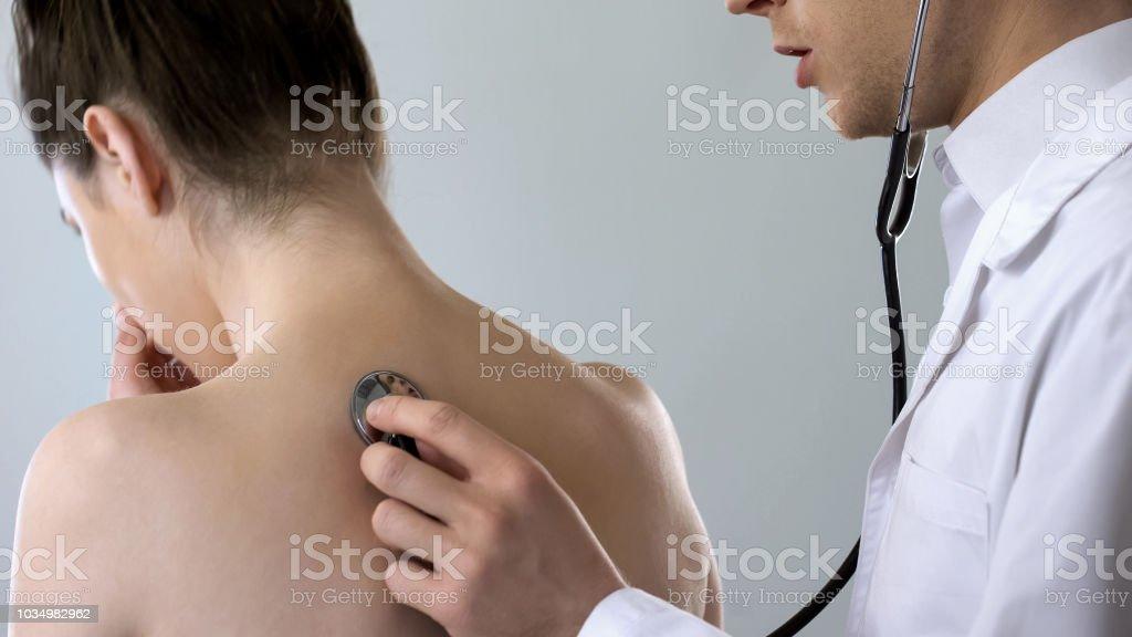 Junger weiblicher Arzt Husten hart, hören auf ihre Lunge, Lungenentzündung Behandlung – Foto