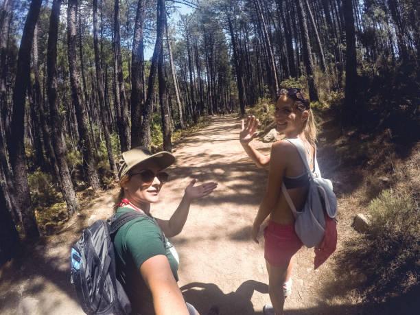 jeune couple femme randonnée sur vacances d'été - randonnée corse photos et images de collection