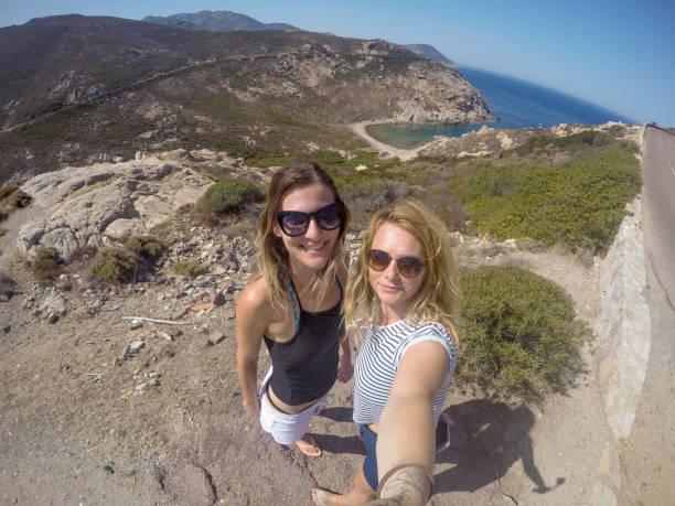 jeune couple femme prenant un selfie sur vacances d'été - randonnée corse photos et images de collection