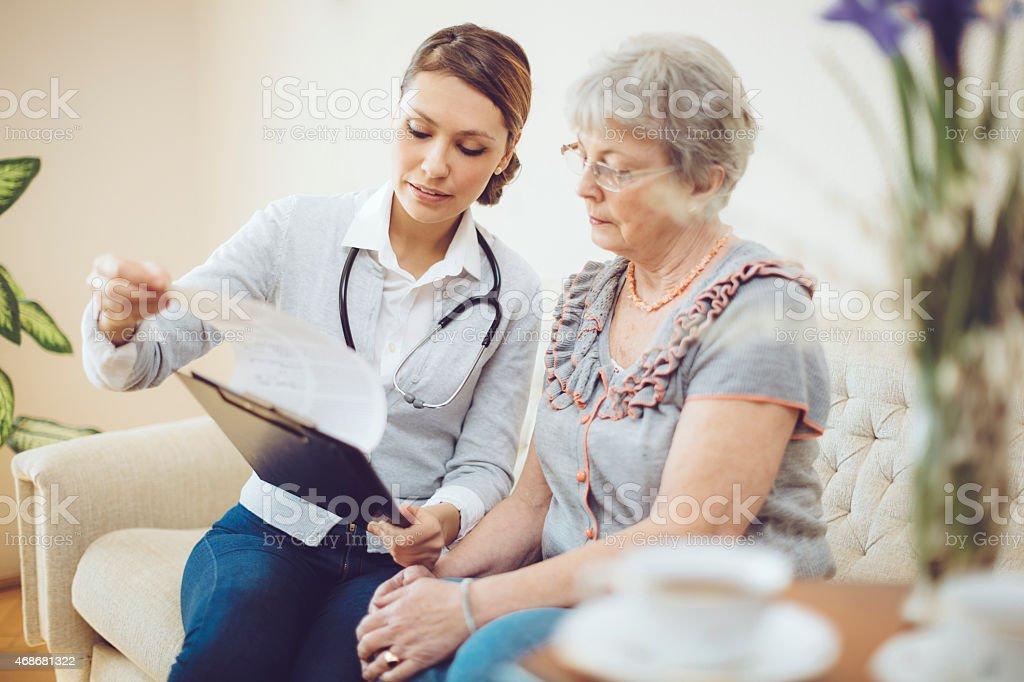 Junge weiblich Arzt Beratung eine senior Patienten - Lizenzfrei 2015 Stock-Foto