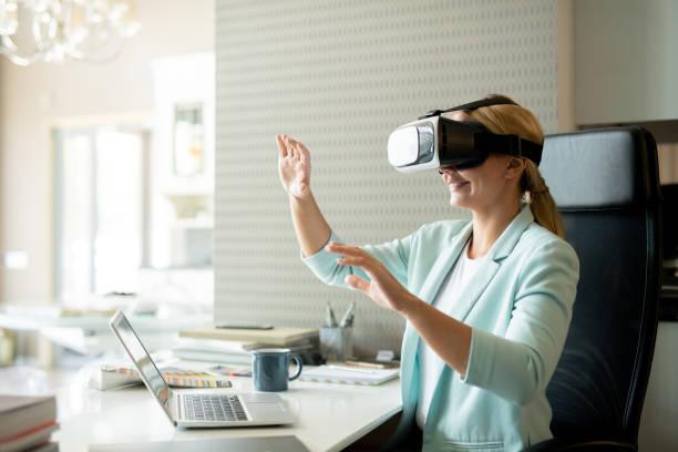 Junge Mitarbeiterin in vr-Brille beim virtuellen Training – Foto