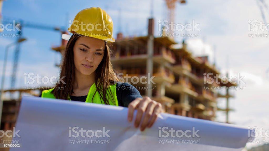Junge Ingenieurin lesen Blaupause – Foto