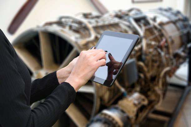 Junge Ingenieurin mit digitalem Tablet für Flugzeugmechaniker – Foto