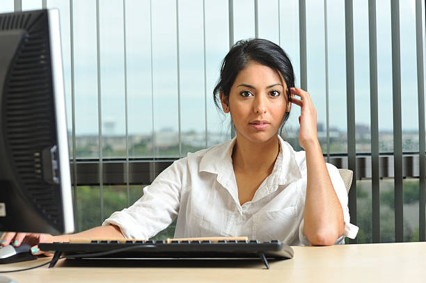 junge weibliche unternehmer im büro - damen hosen größe 27 stock-fotos und bilder