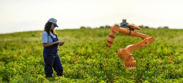 Junge Bäuerin, die Roboter für die intelligente Landwirtschaft betreibt – Foto