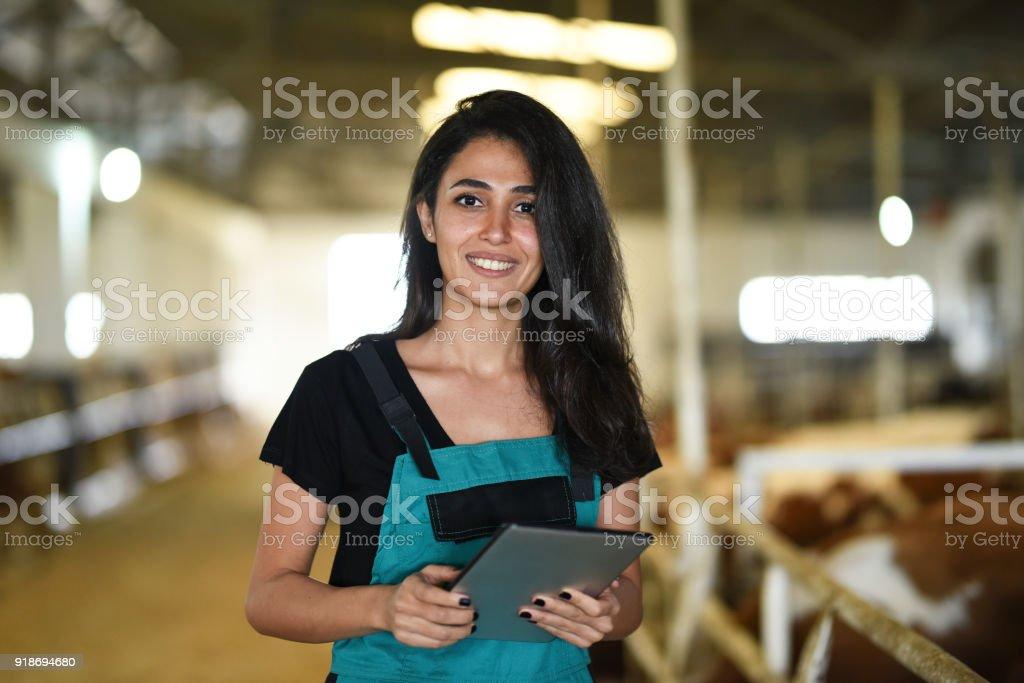 Jeune agricultrice en utilisant une tablette numérique - Photo