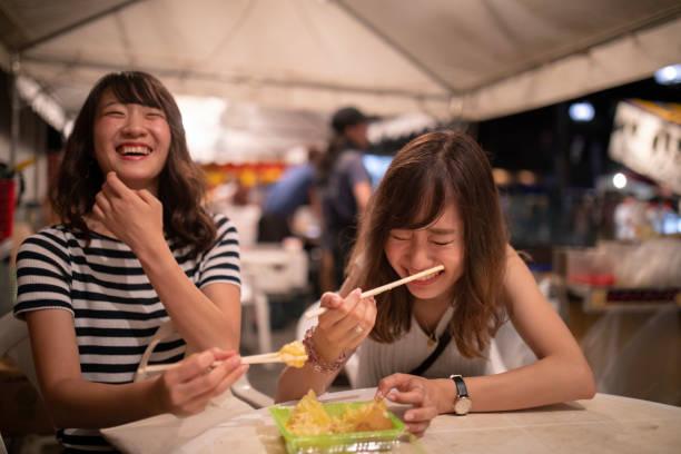 夜祭を楽しんでいる若い女性の友人 - 特別な日 ストックフォトと画像