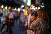 日本の秋祭りを楽しんで若い女性の友人