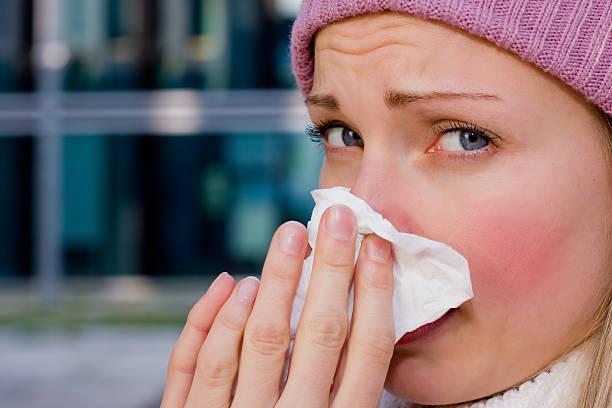 giovane donna avendo un freddo - febbre russa foto e immagini stock