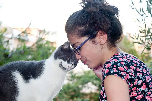 Junge Frau hält ihr liebevoll cat – Foto