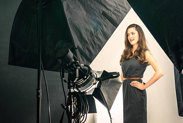 joven modelo en la fotografía de rodaje - video modelo fotografías e imágenes de stock