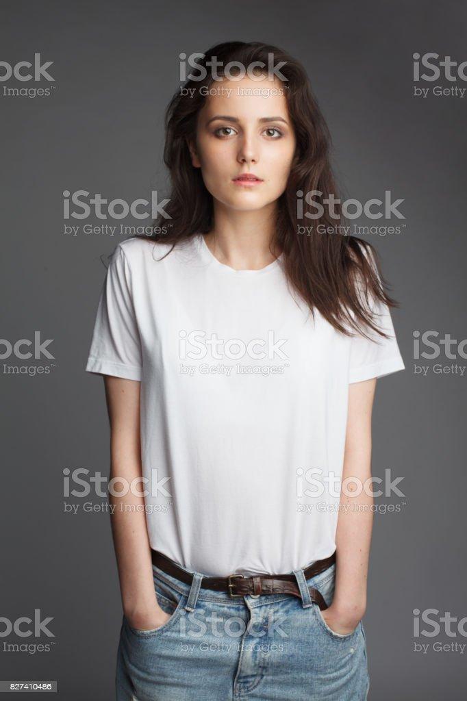jonge vrouwelijke model in wit t-shirt foto