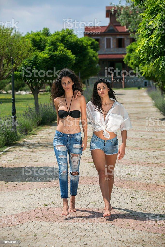 Fotografa de modelos joven mujer caminando en el parque en estambul modelos joven mujer caminando en el parque en estambul turqua foto de stock libre de altavistaventures Image collections