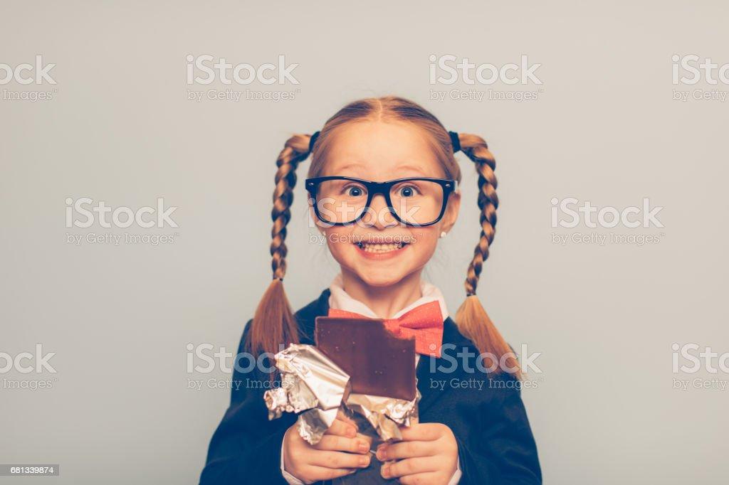 Junge weibliche Nerd einen Schokoriegel essen – Foto