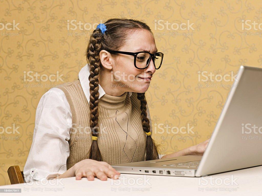 Junge weibliche Uncool sitzt auf dem computer – Foto