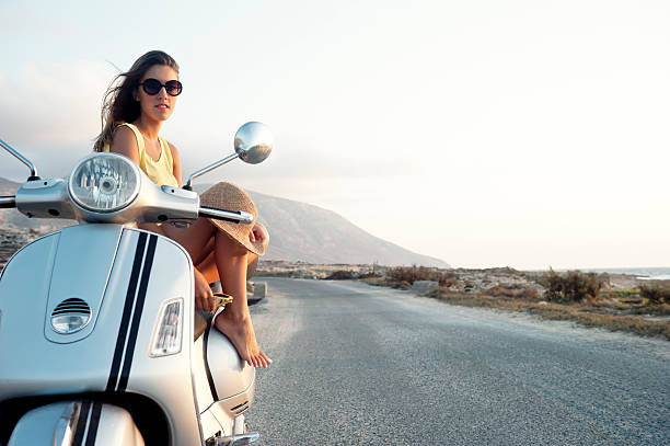 Junge Frau auf Motorrad Fahrt – Foto